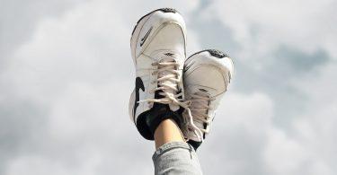 witte sneakers wit maken